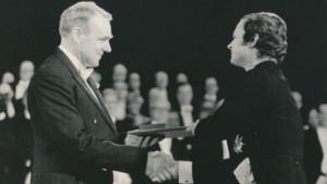 Cornforth riceve il premio Nobel dal re Carl XVI Gustav (Foto AP)