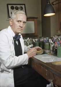 Alexander Fleming nel suo laboratorio