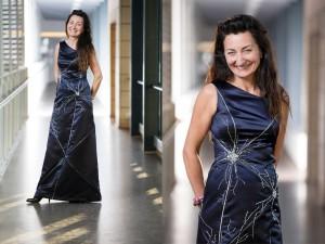 May-Britt Moser indossa il vestito che rappresenta le cellule griglia (Credits Geir Mogen e NTNU)