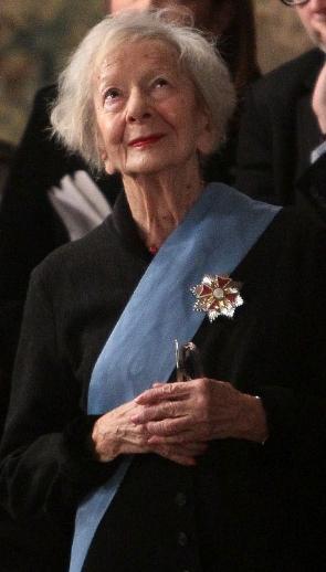 """Wisława Szymborska riceve, il 17 gennaio 2011, il riconoscimento di """"persona di cultura"""" dal presidente della Repubblica di Polonia, Bronisław Komorowski (Wikimedia Commons)"""