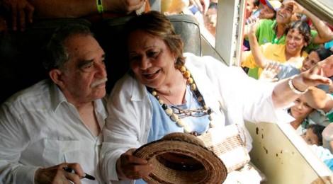Gabriel García Márquez e la moglie Mercedes Barcha, nel 2007, in partenza per Aracataca salutano i fan.