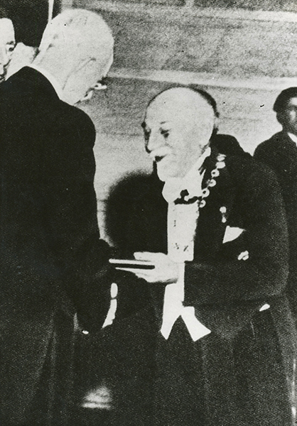 1934. Pirandello riceve la medaglia del premio Nobel