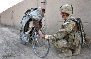 Un soldato della Territorial Army inglese sulla frontiera afgana (Photo Credit: Defence Images via Compfight cc)