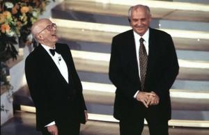 Dulbecco a Sanremo con l'ex premier russo Michail Gorbaciov (Olycom) – tratta dal Corriere della Sera.