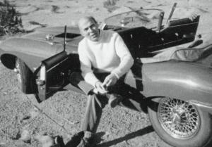 Renato Dulbecco ripreso dalla moglie Maureen sulla loro Jaguard XKE rossa durante un'escursione al Borrego Palm Canyon (1964) - Salk Institute