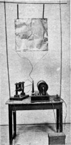 La prima radiotrasmittente con la prima rudimentale antenna costruita dallo stesso Marconi