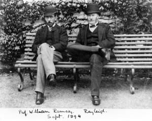 Ramsay e Rayleight consolidano la loro amicizia al di fuori del laboratorio di ricerca Credits: http://www.ssplprints.com