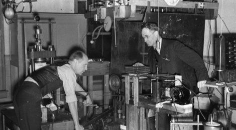 Percy W. Bridgman lavora ai suoi esperimenti sulle alte pressioni