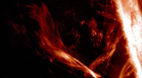 """Osservate per la prima volta le """"onde di Afvén"""", che riscaldano la parte più esterna del Sole"""